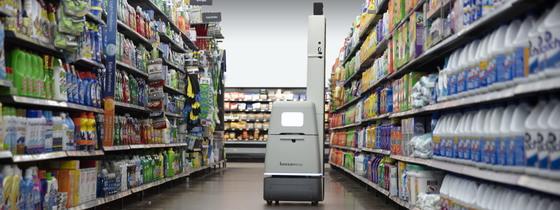 보사노바 로보틱스의 로봇이 월마트에서 선반에 진열된 상품을 체크하고 있다.