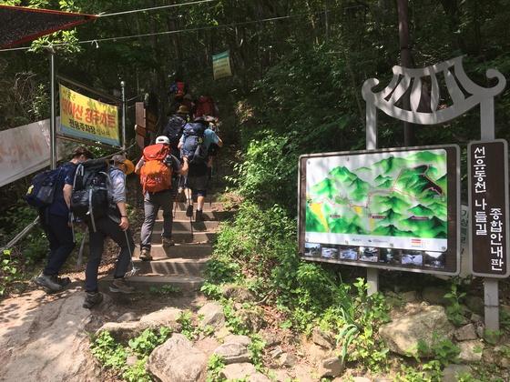 용추계곡으로 가는 초입. [사진 하만윤]