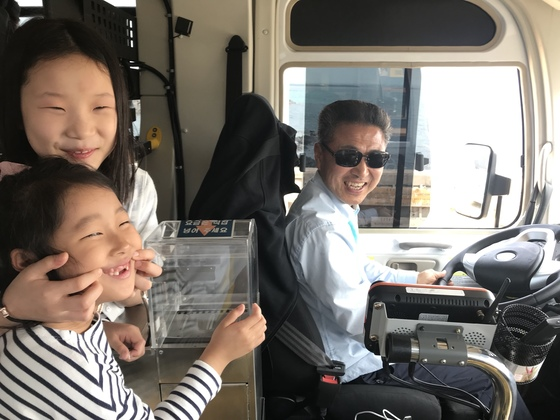 제주 우도 전기버스 기사 박찬균씨가 버스에 탑승한 어린이들을 보며 웃고 있다. [최충일 기자]