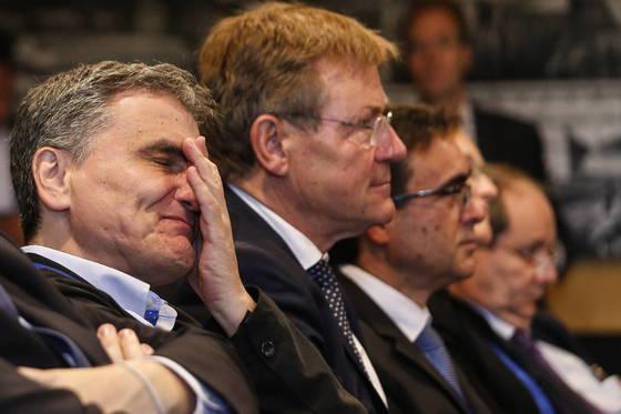 유클리드 타칼로토스 그리스 재무장관(왼쪽)이 룩셈부르크에서 열린 유로존 재무장관 회의에서 8년 만에 구제금융을 졸업하는 합의에 도달하자 감격해하고 있다. [EPA=연합뉴스]