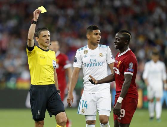 멕시코전 주심을 맡은 마지치 심판(맨 왼쪽)은 경기당 4.29개의 옐로카드를 꺼내는 깐깐한 심판이다. 지난달 유럽 챔피언스리그 결승전에서 리버풀의 사디오 마네(맨 오른쪽)에게 경고를 주는 마지치 심판. [AP=연합뉴스]