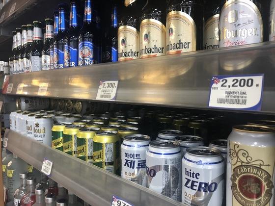 마트에 진열된 세계 각국의 무알코올 맥주들. 백수진 기자