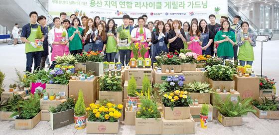 세계 환경의 날(6월 5일)을 맞아 서울 용산구에 위치한 아모레퍼시픽, CJ CGV, HDC 신라면세점, LG유플러스, 숙명여자대학교, 보성여고 학생회, 용산구 자원봉사센터가 연합해 '리사이클 게릴라 가드닝 행사'를 진행했다. [사진 아모레퍼시픽]