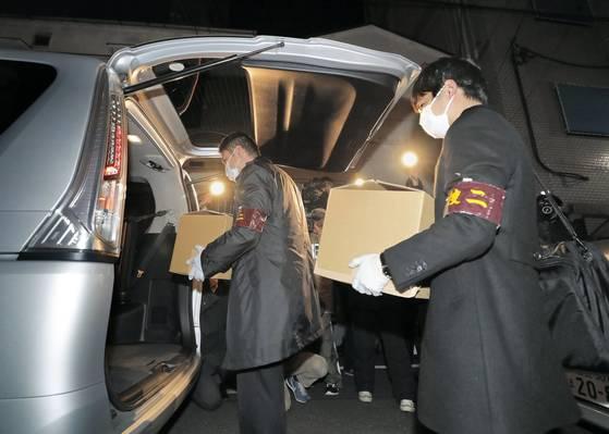 지난해 12월 일본 경찰이 채권 압류를 피하려고 회사 자금을 빼돌린 혐의로 재일본조선인총연합회(조선총련) 산하 보험회사를 압수수색 후 압수품을 차에 옮기고 있다.[교도=연합뉴스]