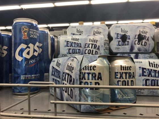 용량 250ml의 하이트 미니. 아사히 미니(135ml)만큼 작지는 않지만 함께 진열된 일반 맥주와 비교하면 크기 차이가 확연하다. 백수진 기자