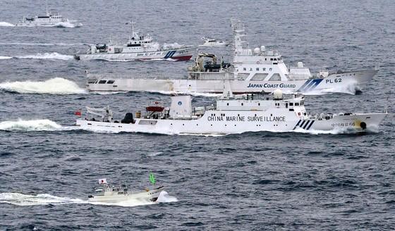 센카쿠 열도(중국명 댜오위다오) 인근 해상에서 중국의 해양감시선 하이잔 66호(밑에서 둘째)가 일본 해상보안청 경비함(가운데)과 나란히 항해하고 있다. [로이터]