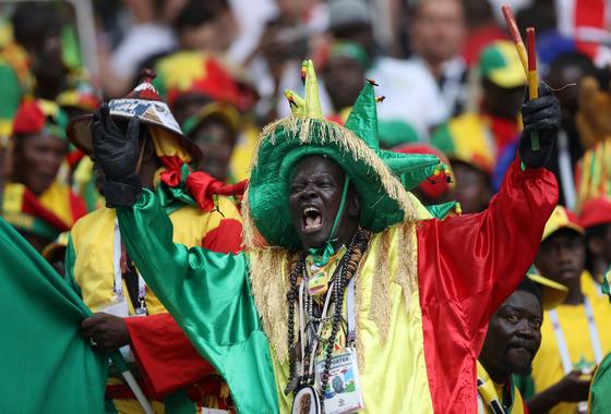 지난 20일 러시아 월드컵 폴란드와의 경기에서 열띤 응원을 펼치는 세네갈 축구 팬. [신화=연합뉴스]