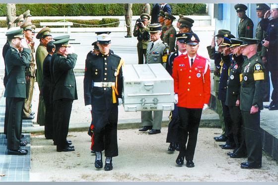 한국전쟁 당시 북한지역에서 전사한 미군 유해 1구가 20일 판문점을 통해 송환됐다. [중앙포토]