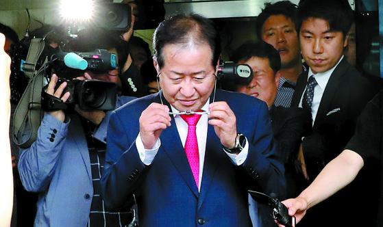 자유한국당 홍준표 대표가 14일 서울 여의도 당사에서 사퇴 의사를 밝히고 당사를 떠나고 있다. [연합뉴스]