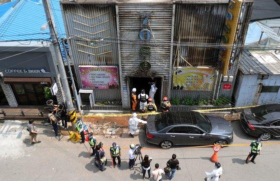지난 18일 전북 군산시 장미동 한 주점에서 합동감식반이 현장 감식을 하고 있다. 전날 오후 9시 50분쯤 이모(55)씨가 주점에 불을 질러 3명이 숨지고, 30명이 중·경상을 입었다. [뉴스1]