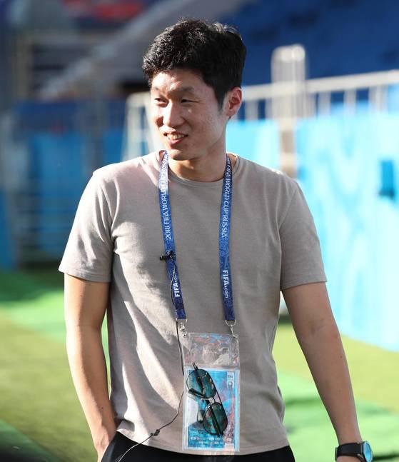 박지성 SBS 해설위원이 22일 러시아 로스토프 아레나에서 2018 러시아 월드컵 F조 조별리그 2차전 멕시코와 경기를 앞두고 열린 축구대표팀 공식 훈련에서 선수들을 지켜보고 있다.[연합뉴스]
