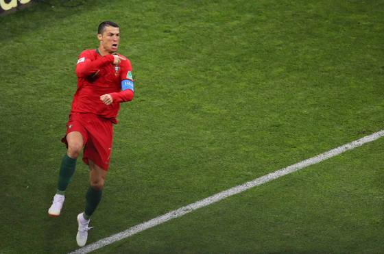 포르투갈 크리스티아누 호날두가 15일(현지시간) 러시아 소치 피시트스타디움에서 열린 2018 러시아월드컵 B조 1차전 스페인과 경기에서 페널티킥으로 첫 골을 넣은 뒤 환호하고 있다.[연합뉴스]