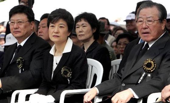 2005년 박정희 전 대통령 제26주기 추도식에 참석한 박근혜(가운데) 당시 한나라당 대표와 김종필(오른쪽) 전 국무총리가 추도사를 경청하고 있다. [연합뉴스]