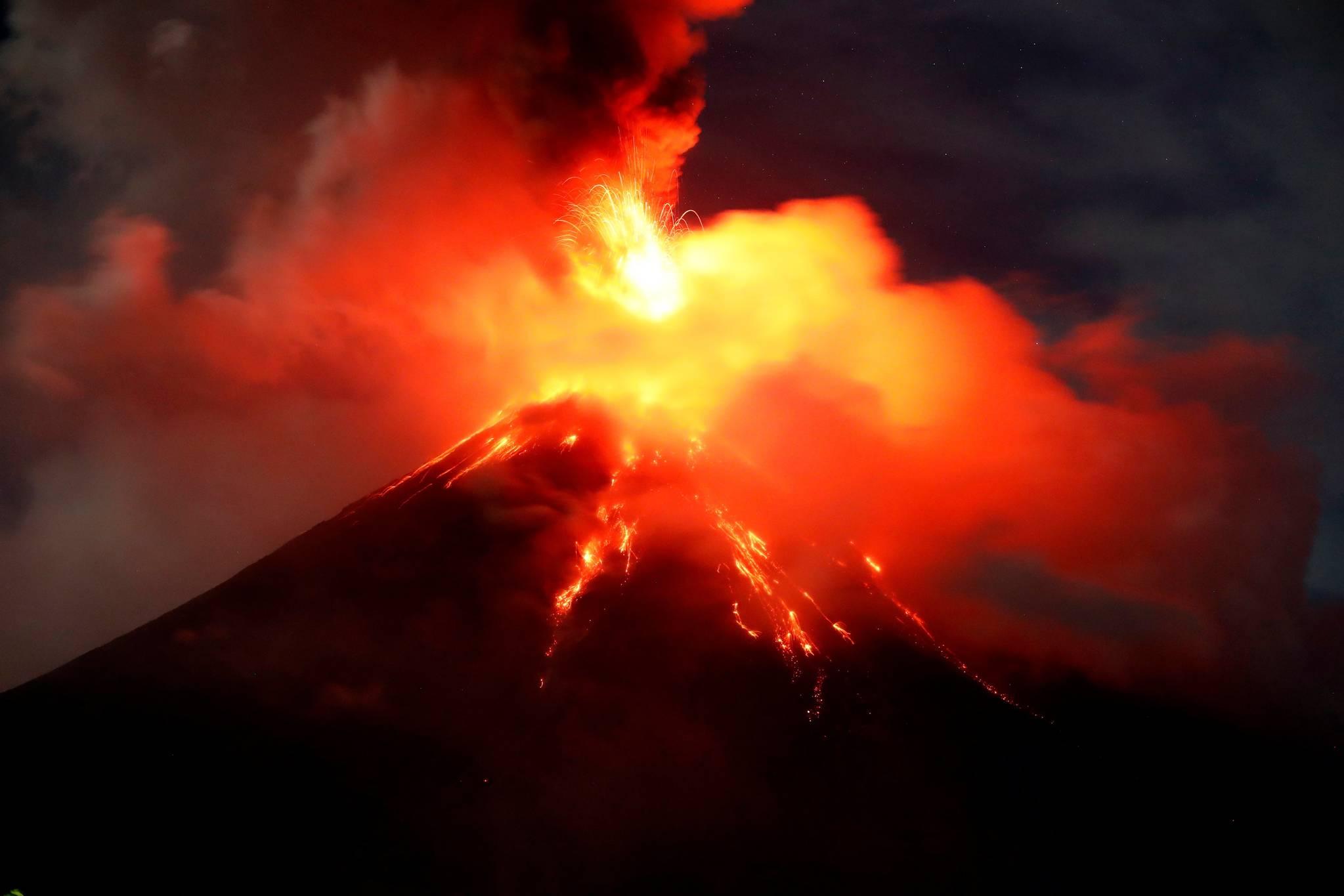 필리핀 동부지역에 위치한 마욘 화산이 지난 1월 분출하고 있는 모습. 이른바 '불의 고리'에 위치한 필리핀에는 23개의 활화산이 있다. [EPA=연합뉴스]