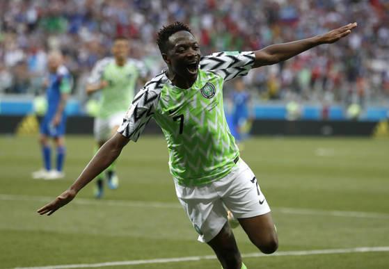 나이지리아의 아메드 무사가 아이슬란드전에서 골을 넣은 뒤 환호하고 있다. [AP=연합뉴스]
