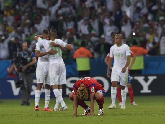 지난 2014년 열린 브라질 월드컵 2차전에서 알제리에 2-4로 패한 뒤 손흥민(가운데)이 침통해하고 있다. [사진 대한축구협회]