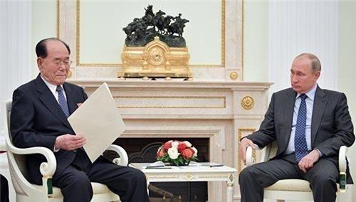 지난 14일(현지시간) 푸틴 대통령(오른쪽)에게 북한김정은 국무위원장 친서를 전달하는 김영남 최고인민위원회 상임위원장 [리아노보스티=연합뉴스]