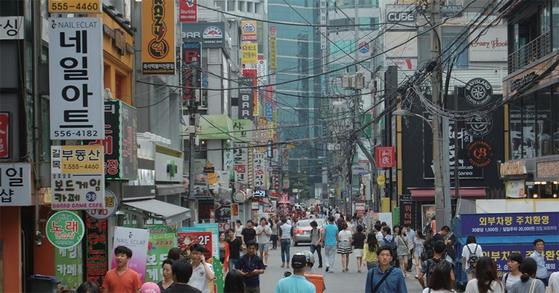 유동인구가 많으면 창업에 유리하지만 유동인구의 특성 등을 잘 살펴야 한다. 사진은 서울 강남역 상권.