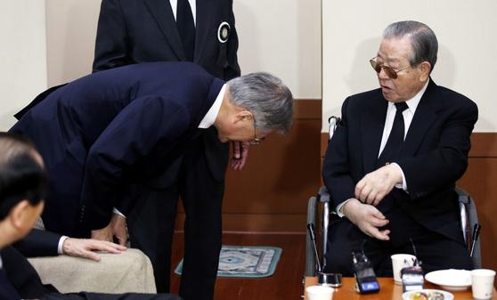 문재인 당시 새정치민주연합 대표가 2015년 2월 22일 오후 서울 아산병원에 마련된 김종필(JP) 전 국무총리의 부인 故 박영옥 씨의 빈소를 조문하고 김 전 총리와 인사하고 있다.