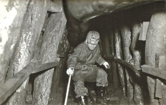 1965년 8월 6일 민주공화당 평의원이었던 김종필(JP) 전 총리가 AID(미국 국제개발처) 차관사업체인 강원도 장성광업소를 방문해 갱목(坑木)들이 좌우에 설치된 지하 갱도에서 안전성을 점검하고 있다. 그보다 2년 전인 63년 7월 초 JP는 한국인 최초로 서독 함보른 탄광 막장을 시찰하고 한국 광부의 파독(派獨)을 추진한다. [사진 김종필 전 총리 비서실]