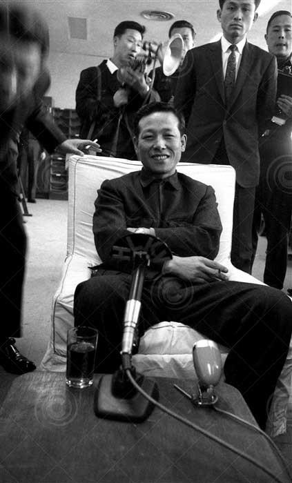 1962년 3월 3일 동남아 순방을 마친 김종필 중앙정보부장이 최고회의 출입기자단과 회견을 하고 있다. [중앙포토]