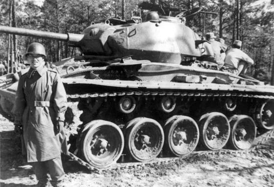 김종필 전 총리가 대위 시절인 1952년 강원도에 근무할 때 탱크 앞에서 찍은 사진. [사진 김종필 전 총리 비서실]