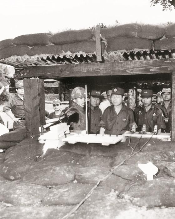 1971년 11월 1일 주월한국군사령부를 시찰 중인 김종필 총리(왼쪽). 맨 오른쪽엔 백마부대(9사단) 29연대장 전두환 대령의 모습이 보인다. [중앙포토]