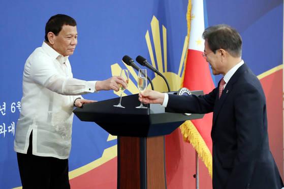 문재인 대통령(오른쪽)과 로드리고 두테르테 필리핀 대통령이 지난 4일 오후 청와대에서 열린 한·필리핀 정상 공식만찬에서 건배하고 있다. [청와대 사진기자단]
