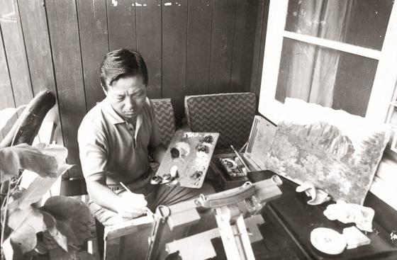 1968년 8월 김종필 전 총리가 설악산 여행 후 신당동 자택에 돌아와 울산바위 그림을 마무리하고 있다.[중앙포토]