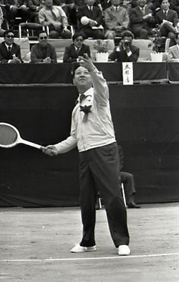 김종필 국무총리가 1972년 4월 데이비스컵 쟁탈 테니스대회에서 시구하고있다. [중앙포토]