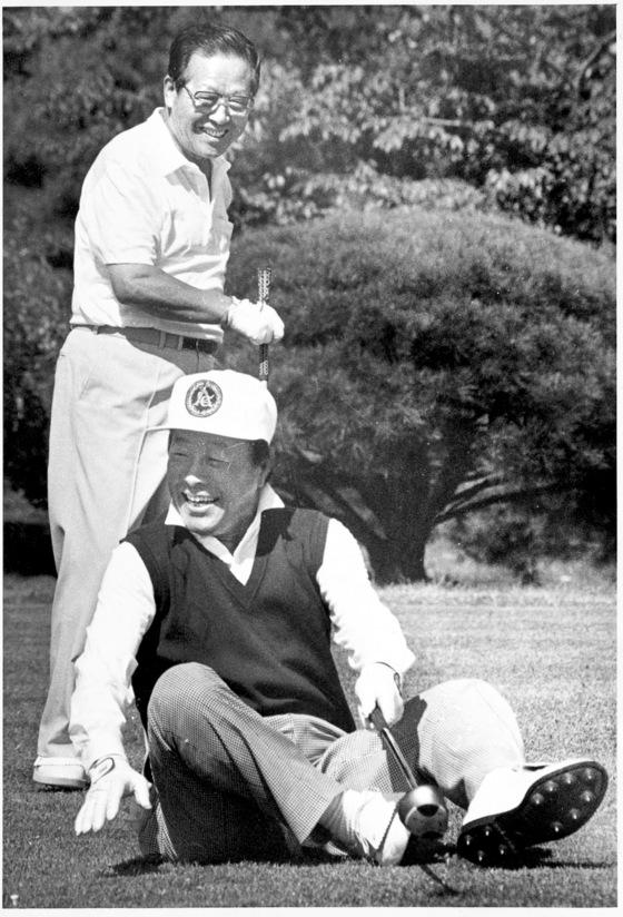 1989년 10월 2일 안양골프장에서 티샷을 하다 엉덩방아를 찧는 김영삼 민주당 총재를 보고 김종필 신민주공화당 총재가 웃고 있다. 두 사람은 이듬해 1월 3당 합당 전까지 다섯 차례에 걸쳐 골프 회동을 했다. [사진 김종필 전 총리 비서실]