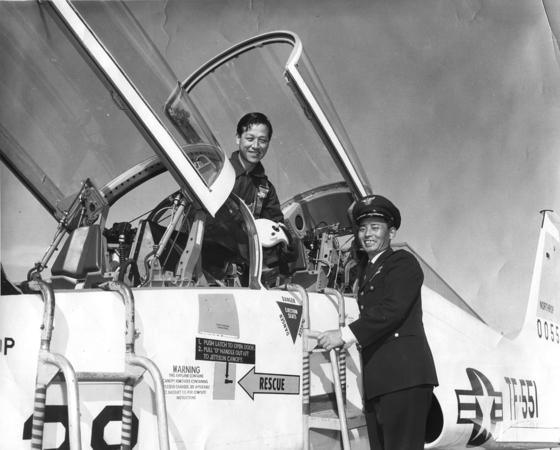 1962년 11월 3일 당시 김종필 중앙정보부장(왼쪽)이 미국의 항공기 제작사 노스롭을 시찰한 뒤 캘리포니아 샌타바버라의 반덴버그 공군기지에서 한국 공군이 도입할 초음속 전투기 F-5A를 시승했다. 오른쪽은 주미 한국대사관의 무관 김두만 장군. 이날 JP는 F-5A를 타고 6만 피트 상공까지 올라갔다고 한다. [사진 김종필 전 총리 비서실]