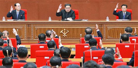 김정은 북한 국무위원장(가운데)이 지난 20일 노동당 중앙위원회 제7기 제3차 전원회의를 주재하고 핵실험과 미사일 시험발사 중단을 결정했다고 조선중앙통신이 21일 보도했다. [조선중앙통신=연합뉴스]
