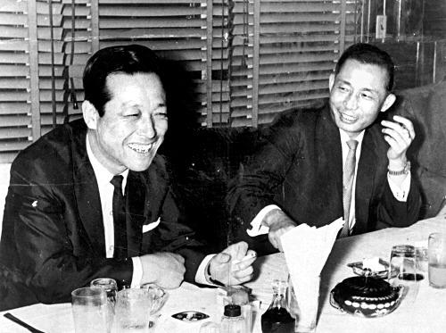 1966년 6월 8일 대전 유성만년장호텔에서 박정희 대통령(오른쪽)과 김종필 공화당 의장이 조찬 기자 회견을 하고 있다. [중앙포토]