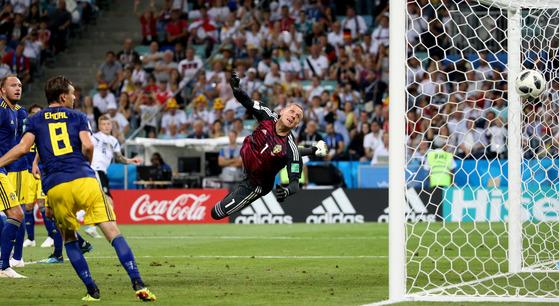 절묘한 프리킥으로 역전 결승골을 터트린 독일의 토니 크로스(왼쪽 둘째). 스웨덴 골키퍼 로빈 올센(오른쪽)이 몸을 날렸지만 막지 못했다. [신화=연합뉴스]