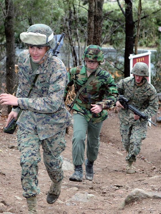 한미 연합훈련인 키리졸브훈련에 참가한 한미 해병대원들이 포항 해병대 유격훈련장에서 산악행군을 하고 있다.