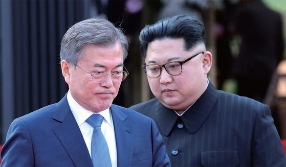 문재인 대통령과 김정은 국무위원장은 4월 27일 판문점 평화의집 앞마당에서 남북공동선언인 '판문점선언'을 발표했다.