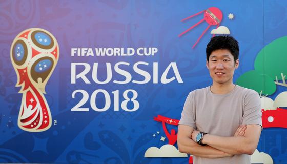 박지성이 로스토프나도누 로스토프 아레나의 2018 러시아 월드컵 엠블럼 앞에서 포즈를 취하고 있다. 임현동 기자