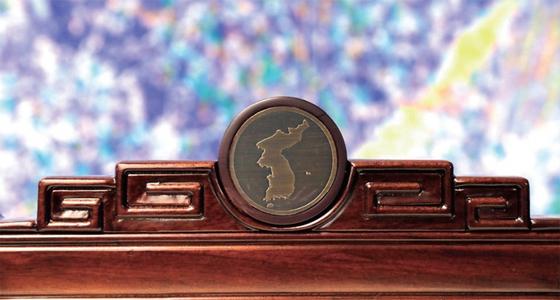 4월 27일 남북 두 정상이 앉은 판문점 의자 등받이에 새겨진 한반도 지도 문양.