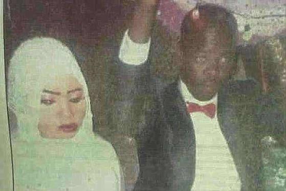 원치 않는 결혼 뒤 자신을 성폭행한 남편을 살해한 혐의로 사형 선고를 받은 수단의 19세 소녀 누라 후세인(왼쪽)의 결혼 사진. [데일리메일 캡처]