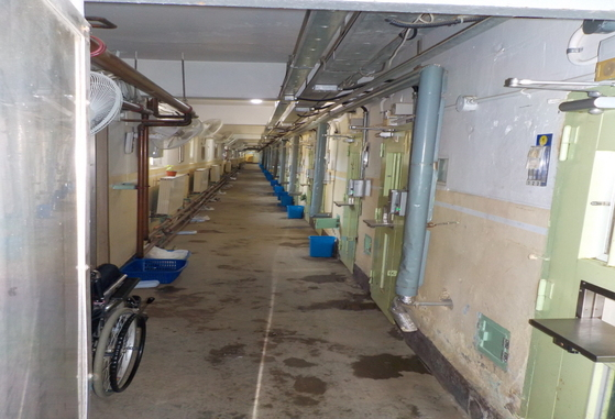지은 지 40~50년 된 노후 교도소에서 재소자들은 복도에 설치된 라디에이터(안양교도소) 열기에 의존해 한겨울 추위를 나야 한다. [특별취재팀]