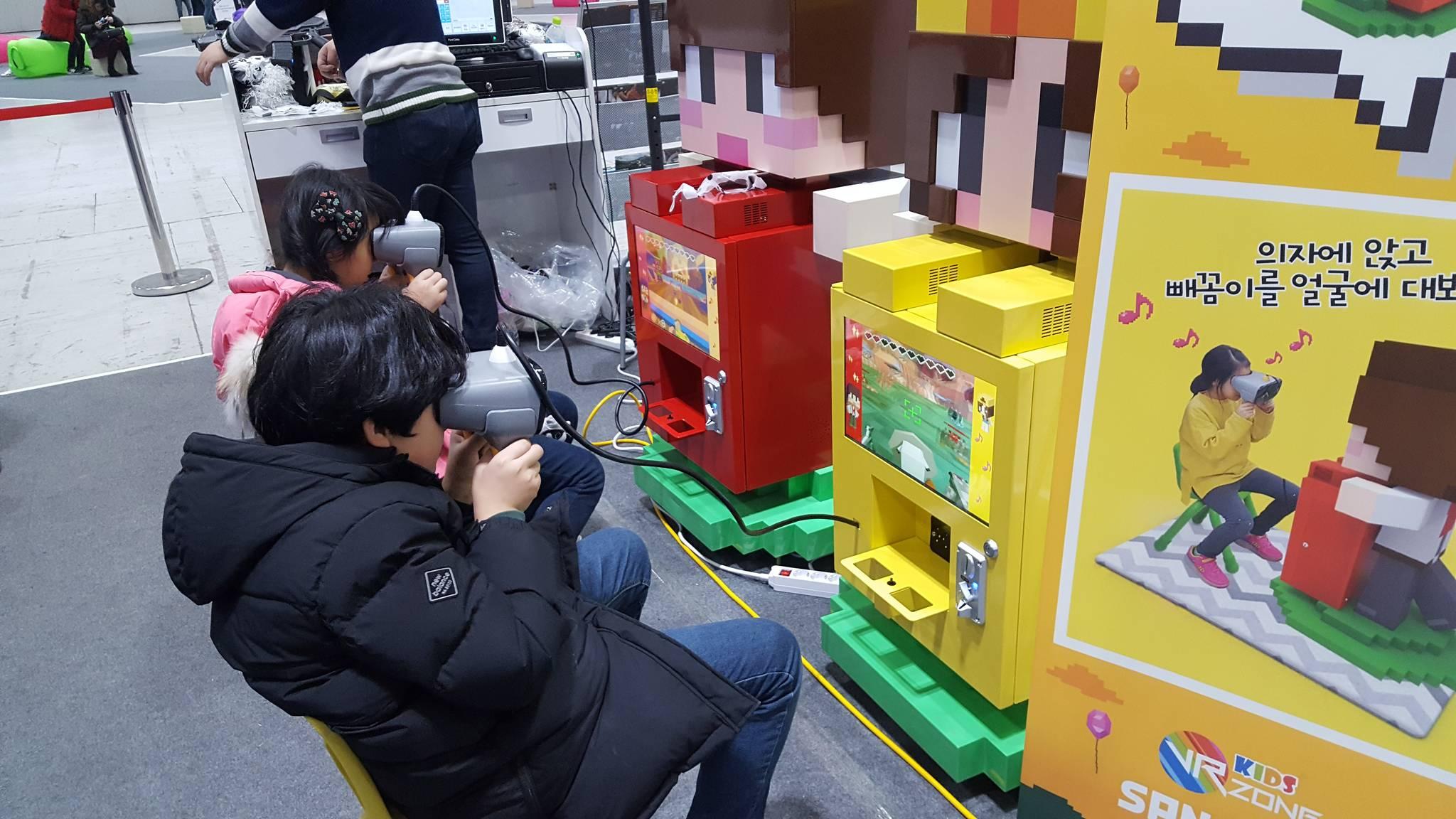아이들이 아동용 '도띠잠뜰 VR'을 하고 있다. [사진 전북문화콘텐츠산업진흥원]