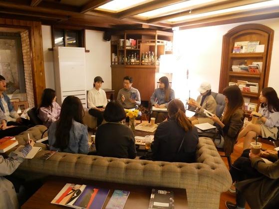 합정동 취향관에서는 멤버들이 둘러 앉아 생각과 취향을 공유하는 문화살롱이 수시로 열린다. [사진 취향관]