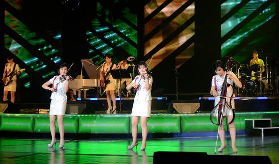 모란봉악단이 2014년 3월 4.25문화회관에서 전국예술인대회 참가자들을 위한 축하공연을 하고 있다. [사진 우리민족끼리]