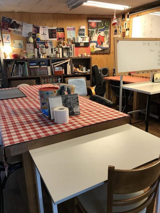 문래당의 공용 공간. 회원들은 원하는 자리에 앉아 책을 읽거나 대화를 하며 시간을 보낸다. [사진 문래당]