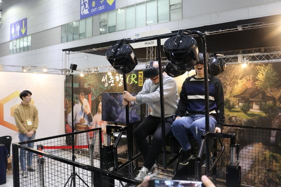 시민들이 춘향전을 각색한 '성춘향 VR'을 체험하고 있다. [사진 전북문화콘텐츠산업진흥원]