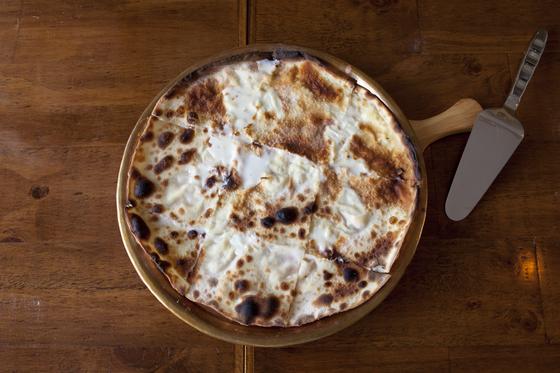 스트라키노 치즈를 넣은 시그니처 메뉴 '포카치아 디 레코'.
