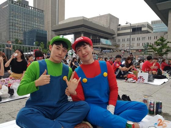 서울 광화문 광장에 거리응원을 나온 고정연(24)씨와 친구 김모(24)씨. 성지원 기자.