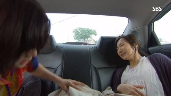 SBS 아침드라마 '나도 엄마야'. 극중에서 산모는 충주에서 산부인과를 찾아 돌아다녔지만 결국 찾지 못해 택시에서 출산한다. 이에 충주 시청자들이 '충주가 시골이냐'며 불쾌감을 드러냈다. [사진 SBS]