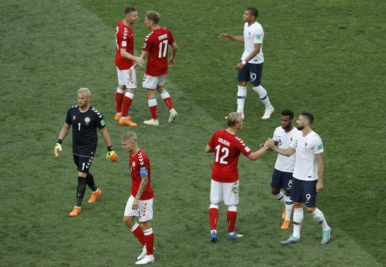 27일 열린 러시아 월드컵 C조 조별리그 3차전에서 무승부를 거두고 16강 진출을 확정한 뒤 프랑스와 덴마크 선수들이 손을 맞잡고 있다. [AP=연합뉴스]